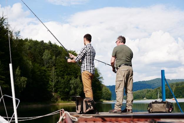 Achteraanzicht van mannen die aan het vissen zijn