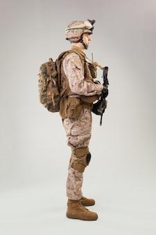 Achteraanzicht van militaire soldaat amerikaanse leger mariniers exploitant
