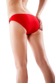 Achteraanzicht van mooie blanke vrouw met lange benen, geïsoleerd op een witte achtergrond