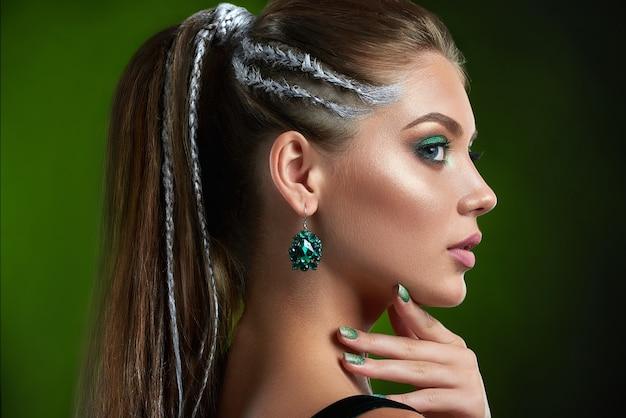 Achteraanzicht van mooie vrouw met perfecte bronzen huid, glanzende manicure