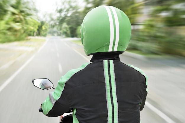 Achteraanzicht van motorfietstaxi onderweg