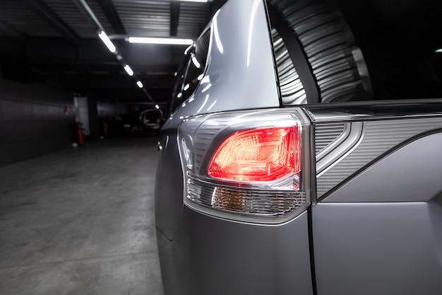 Achteraanzicht van nieuwe zilveren stad crossover, close-up koplampen van auto suv,