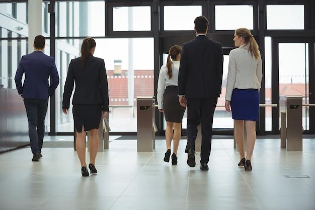 Achteraanzicht van ondernemers lopen in een lobby