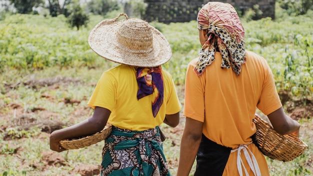 Achteraanzicht van plattelandsvrouwen buitenshuis
