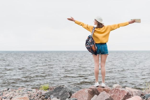 Achteraanzicht van reizende vrouw met kopie ruimte