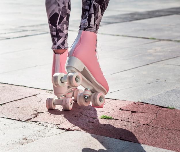 Achteraanzicht van rolschaatsen op de stoep