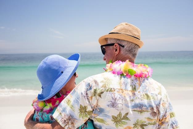 Achteraanzicht van senior paar omhelzen elkaar