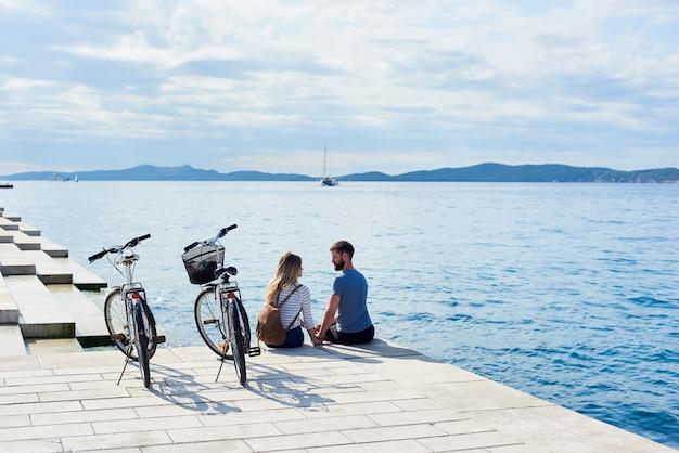 Achteraanzicht van toeristen met fietsen