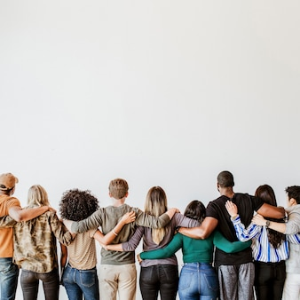 Achteraanzicht van verschillende mensen die elkaar knuffelen