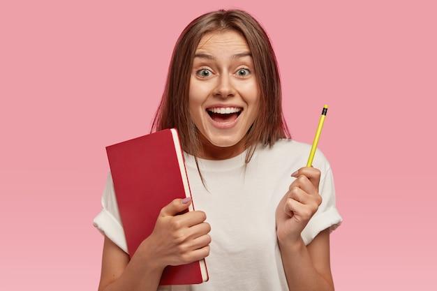 Achteraanzicht van vrolijke blije glimlachende vrouw met gelukkige uitdrukking