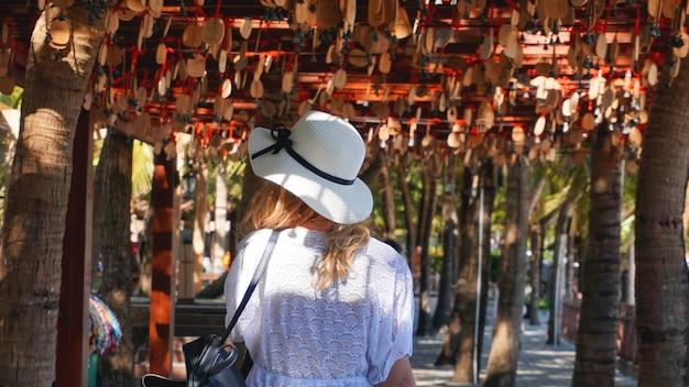 Achteraanzicht van vrouw alleen reizen in china, reisconcept.