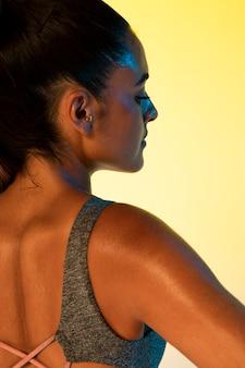 Achteraanzicht van vrouw en gele achtergrond