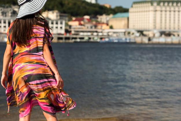 Achteraanzicht van vrouw met hoed op het strand
