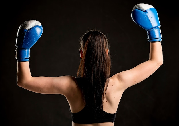 Achteraanzicht van vrouwelijke bokser