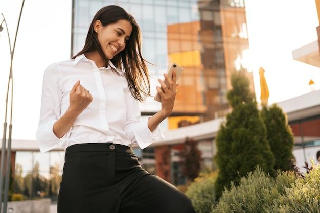 Achteraanzicht van zakenvrouw die geniet van haar geweldige resultaten