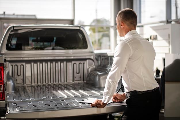 Achteraanzicht verkoper achter een vrachtwagen