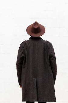 Achteraanzicht volwassen man met moderne hoed