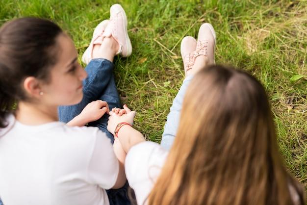 Achteraanzicht vriendinnen hand in hand