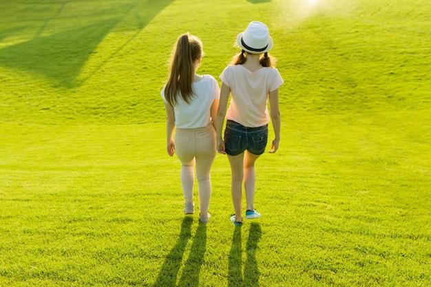 Achteraanzicht, vriendinnen lopen