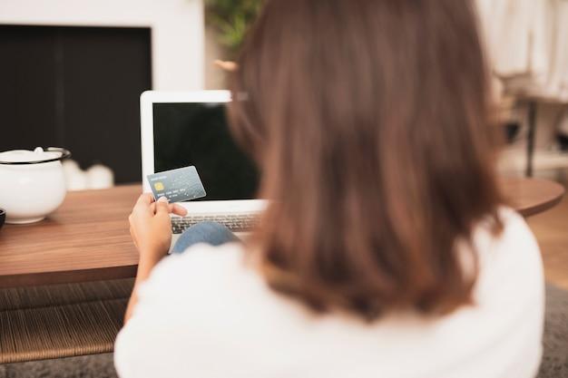 Achteraanzicht vrouw met een creditcard