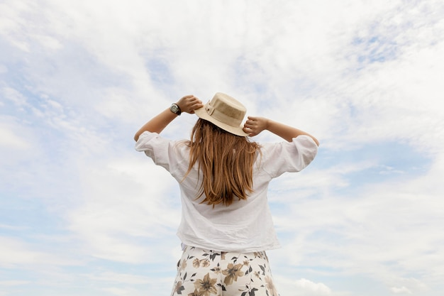 Achteraanzicht vrouw met hoed