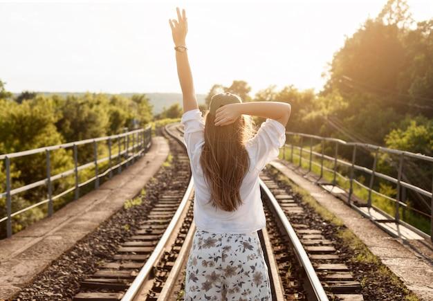 Achteraanzicht vrouw op rails