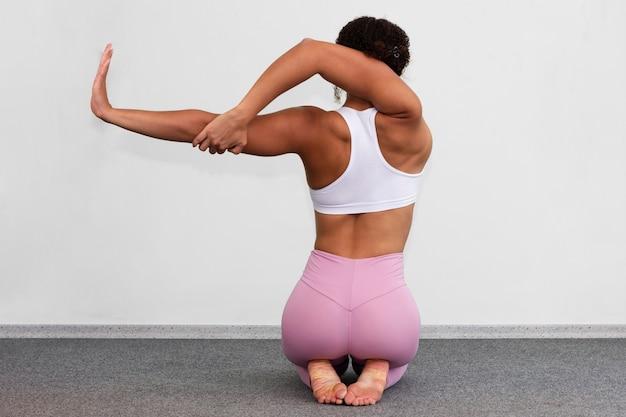 Achteraanzicht vrouw toont flexibiliteit