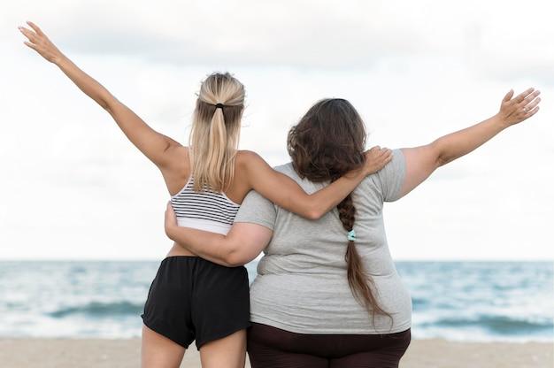 Achteraanzicht vrouwen die elkaar vasthouden