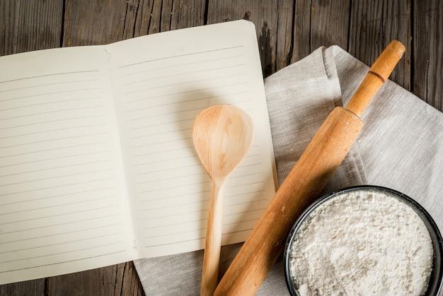 Achtergrond bakken. hulpmiddelen en ingrediënten voor het bakken op de oude rustieke houten tafel