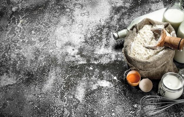 Achtergrond bakken. ingrediënten voor de bereiding van deeg. op een rustieke achtergrond.