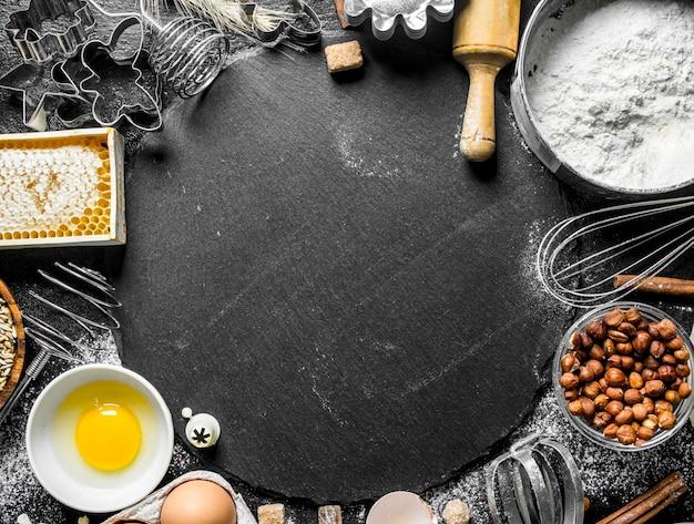 Achtergrond bakken. ingrediënten voor de bereiding van vers deeg.