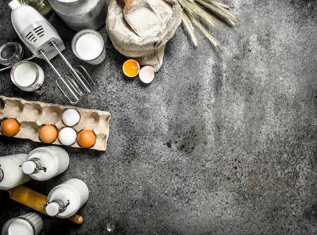 Achtergrond bakken. melk, bloem en andere ingrediënten voor het deeg. op een rustieke achtergrond.