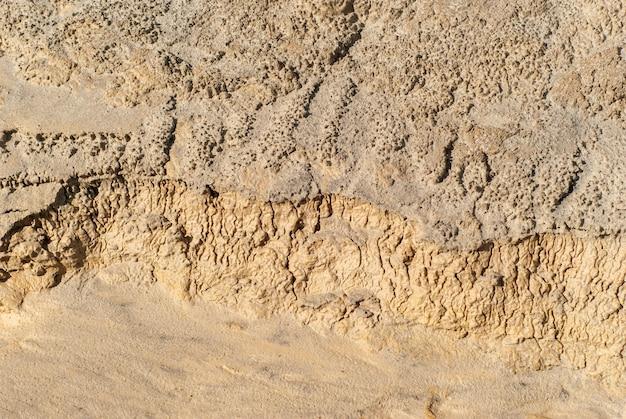 Achtergrond - een fragment van een gedroogd kleikanaal van een waterstroom