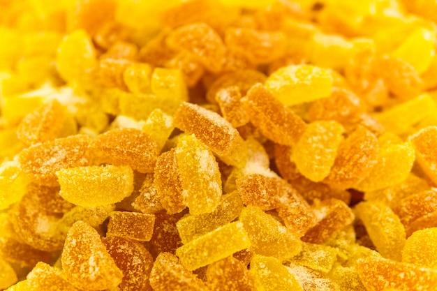 Achtergrond - goudgele doorschijnende fruitgumdrops in suiker