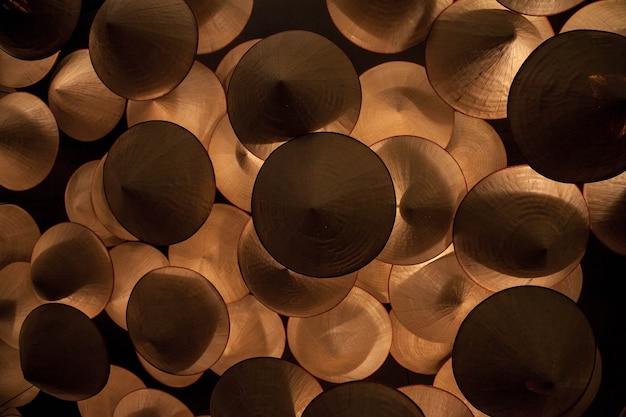 Achtergrond handgemaakte kroonluchter van kegelvormige lampenkappen voor futuristisch licht. houten kroonluchters onder plafond. abstracte kroonluchter. decoratief plafond. achtergronden concept. ruimte voor tekst kopiëren