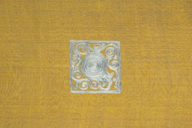 Achtergrond in de vorm van stof en kaki textiel met een vierkant patroon zilver