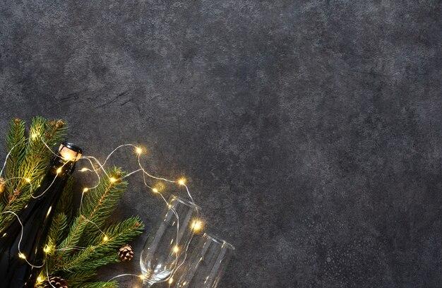 Achtergrond in het concept van het nieuwe jaar. decoratie met sparren en geschenken op een zwarte achtergrond.
