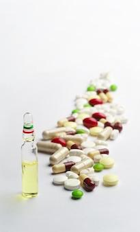 Achtergrond met ampul en pillen
