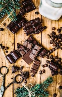 Achtergrond met dennenboom en chocoladerepen