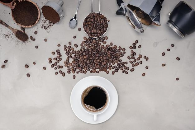 Achtergrond met diverse koffie, koffiebonen, kopje zwarte koffie, koffiezetapparaat apparatuur