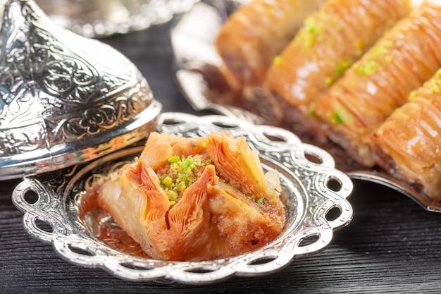 Achtergrond met geassorteerde traditionele oostelijke desserts. verschillende arabische snoepjes