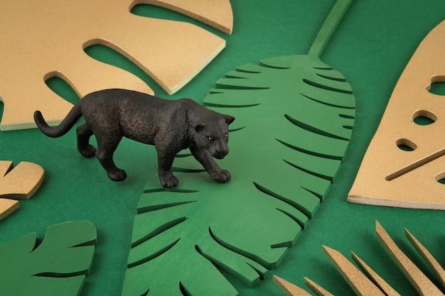 Achtergrond met gouden tropische bladeren en exotische dieren