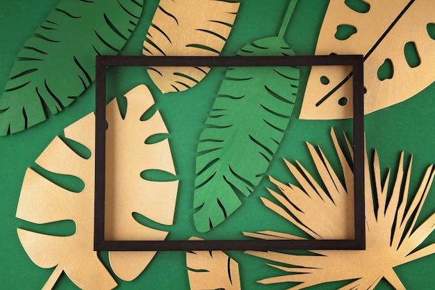 Achtergrond met gouden tropische bladeren