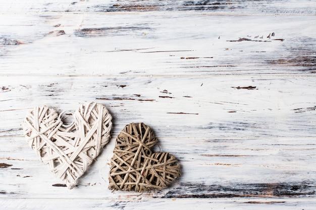 Achtergrond met harten, valentine. valentijnsdag. liefde. rieten harten. plaats voor tekst. achtergrond kopie ruimte