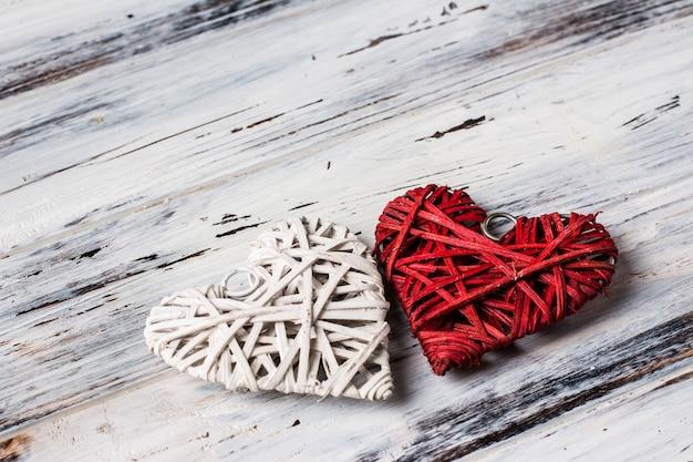 Achtergrond met hartjes, valentijn. valentijnsdag. liefde. rieten harten. plaats voor tekst. achtergrond met kopie ruimte