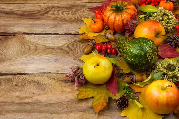 Achtergrond met herfstbladeren en appels, kopie ruimte