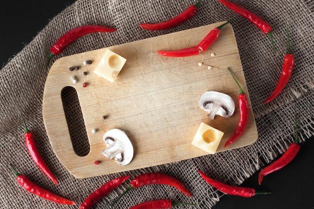 Achtergrond met kaas, peper, kruiden.
