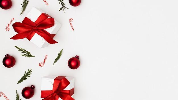 Achtergrond met kerstmisornamenten wordt gemaakt met copyspace die Gratis Foto