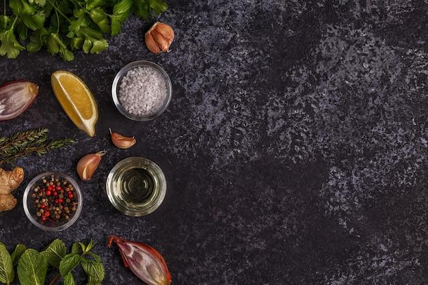 Achtergrond met kruiden, specerijen en olijfolie