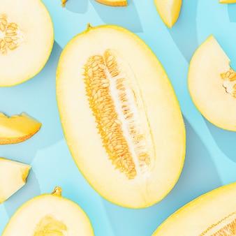 Achtergrond met meloen. gesneden zoete en rijpe meloen op een blauwe achtergrond.